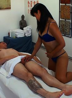 Азиатская массажистка довела клиента до яркого оргазма