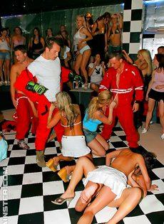 Вечеринка с раскрепощенными девушками превратилась в групповушку