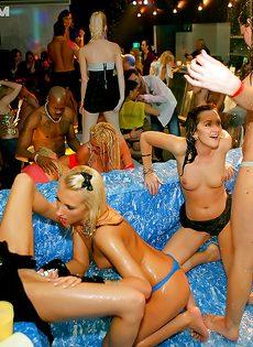 Привлекательные девушки устроили неплохую вечеринку