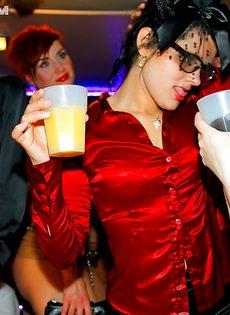 На вечеринке пьяных девушек раскрутили на групповую оргию