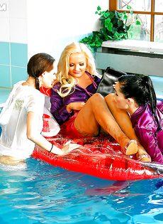 Подружки искупались в бассейне прямо в одежде