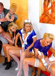 Откровенная групповушка с девушками в униформе