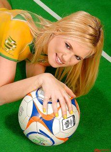 Блондинка Yasmine Gold позирует с футбольным мячом