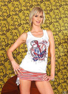 Молодая и сладкая White Angel снимает с себя одежду обнажая красивое тело