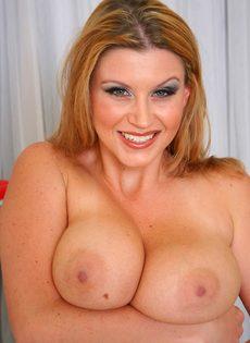 Блондинка с очень большими сиськами Sara Stone