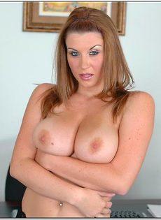 Секретарша продемонстрировала грудь на рабочем месте