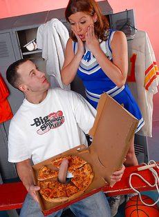 Разносчик пиццы смог удивить молоденькую чирлидершу