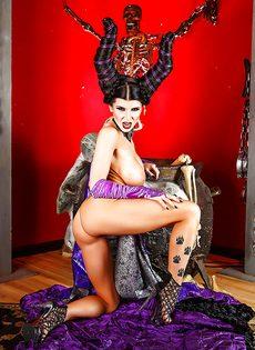 Брюнетка с большими сиськами собирает на Хэллоуин