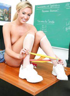 Соло очаровательной студентки в классе