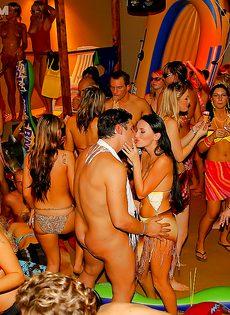 Массовое групповое порно с молодушками на секс вечеринке