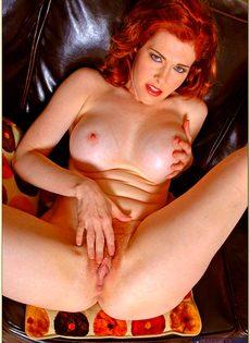 Рыжая женщина с силиконовой грудью дразнит киской
