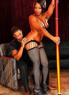 Парнишка предложил темнокожей танцовщице секс