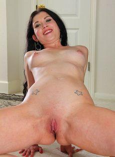 Веселая женщина расположилась получи полу равно показала розовую вагину