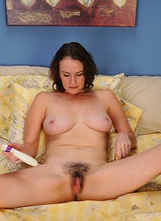 Тетка водит сношение игрушкой соответственно волосатой промежности