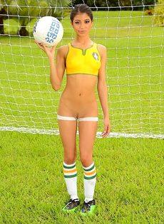 Шикарная фото сессия с футбольным мячом от миленькой девушки