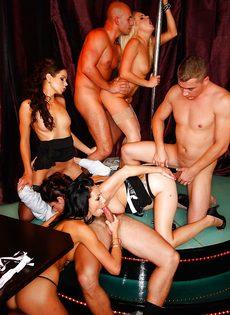 Групповуха богатых мужиков с девушками легкого поведения