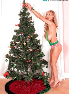 Фотографии красотки с огромными дойками возле новогодней елки