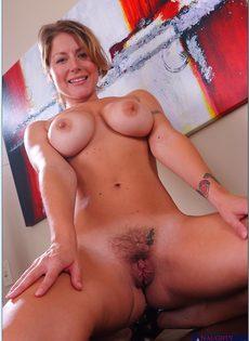 Блондинка с большой грудью показала интимную стрижку на лобке