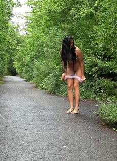 Татуированная Мириам садится на корточки что бы поссать во время прогулки