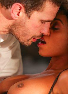 Занялся страстным сексом с шикарной негритянкой после поцелуев