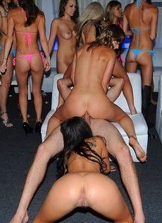 Вечеринка превратилась в групповое совокупление с потаскухами