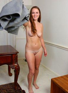 Молодая девица с длинными волосами обнажилась в кабинете