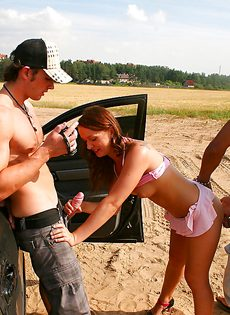 Молодые парни ебут симпатичную девушку возле автомобиля