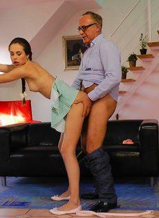 Состоятельный мужчина ставит в позу молоденькую шлюху и трахает ее