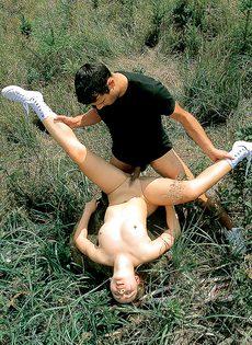 Деваха расставляет ноги и получает член в мохнатую киску на природе