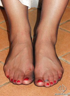Откровенная брюнетка демонстрирует ножки крупным планом