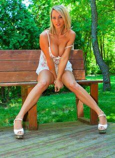 Сногсшибательная блондинка с большой грудью умело позирует