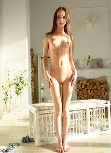 Соло миниатюрной длинноволосой модели с маленькими сиськами