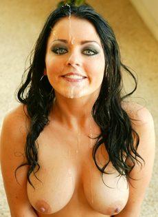 Парень залил спермой довольное лицо брюнетки Sophie Dee