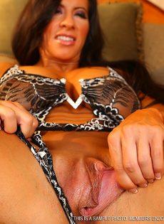 Спортивная женщина с большой грудью занимается мастурбацией