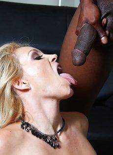 Темнокожий парень кончает спермой в рот большегрудой блондинки