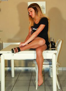 Молодушка сняла обувь и продемонстрировала стройные ножки