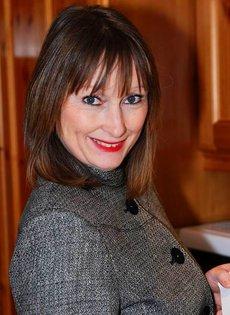 Женщина 45ти лет в красном нижнем белье