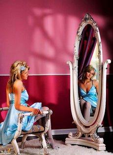 В чулках перед зеркалом
