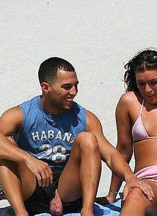Мужик развёл на пляже девушку и трахнул её дома