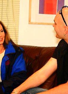 Мужик трахнул красивую женщину на диване