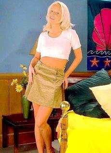 Блондинка развлекается на кровате