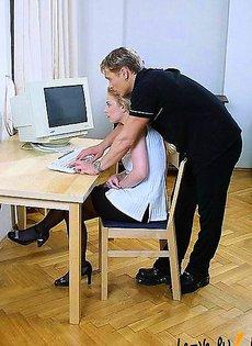 Играют вдвоем за компьютером
