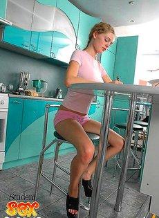 Жена отсасывает член у мужа на кухне