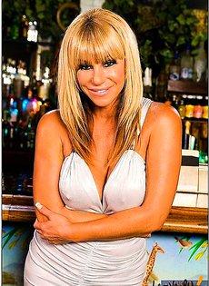 Блондинку трахнули на бильярдном столе