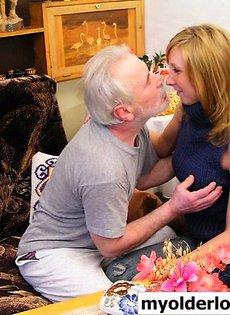 Старик занялся сексом со своей внучкой