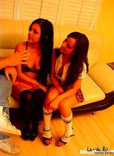 Девушек уговорили заняться групповым сексом