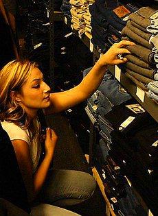 Девушка подобрав в магазине нижнее бельё пошла трахаться