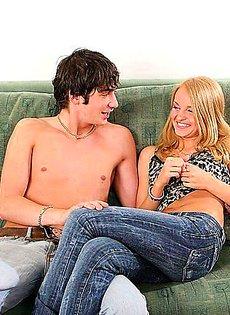 Трахнул свою подругу на милом диване