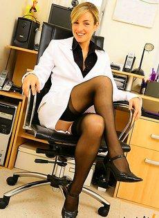 Секретарша осталась сверх нижнего белья вместе с голой пелкой