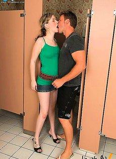 Начальница застала в туалете трахающихся сотрудников